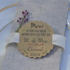 Pour votre premier repas, cette étiquette sera parfaite pour décorer la table de mariage. Elleest en papierkraft et mesure6 cm de diamètre, elle comporte deuxencoches de chaque côté pour pouvoir passer un ruban. Le nom est personnalisable avec la typographie de votre choix, parmi celles proposées.