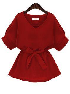Красная модная блуза с поясом и V-образным вырезом