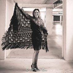 Haakpakket La Pantera Rose Shawl. Prachtige stola/omslagdoek gemaakt van Pingouin Pingo Crochet. Voorbeeld is in de kleur Noir.