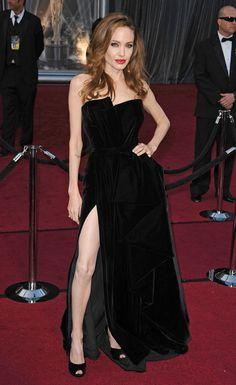 Angelina Jolie ha querido presumir de un vestido negro que juega con voluminosos pliegues, de Atelier Versace. Los zapatos son de Salvatore Ferragamo y el clutch de Jaime Mascaró.