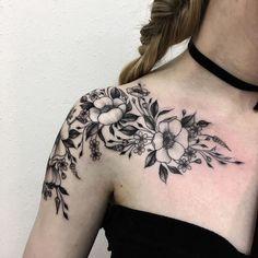 tattoo bedeutung frau mit tattoo am r cken hirsch mit gewieh aus kirschbl ten tattoos. Black Bedroom Furniture Sets. Home Design Ideas