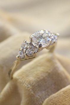 Ring i 14 k vitguld med briljantslipade diamanter totalt ca 0,85ct
