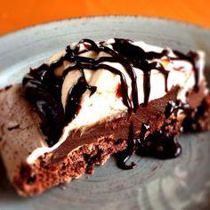 Sjokolademarengskake (Chocolate Meringue Cake) | Det søte liv Chocolate Meringue, Meringue Cake, Chocolate Desserts, Chocolate Cake, Norwegian Food, Cravings, Sweet Tooth, Mad, Food And Drink