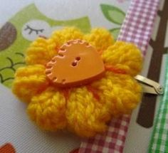 This knitted flower hair clip is adorable and perfect for a little girls vintage style outfit. Yarn Flowers, Knitted Flowers, Beaded Flowers, Diy Flowers, Flower Diy, Knitting Patterns Free, Free Knitting, Diy Craft Projects, Diy Crafts