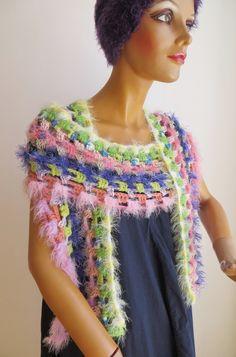 dieser gehäkelte Schal ist variantenreich zu tragen, auch für elegante Anlässe Elegant, Shawls, Crochet Necklace, Scarves, Colours, Fashion, Ponchos, Accessories, Scarf Crochet