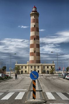 This page contains information and pictures from the Aveiro (Barra) lighthouse in Portugal. Beacon Of Light, Light In The Dark, Hawaiian Dishes, Lighthouse Pictures, 10 Picture, Water Tower, Light House, Windmill, Amazing Nature