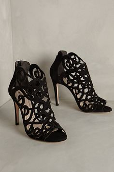 These black scrolled heels from @anthropologie are beautiful!