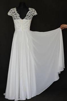 Svadobné šaty z hrubej krajky a kruhovou sukňou v ivory farbe