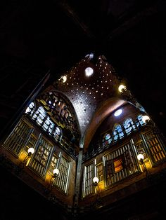 1886-1888.Palacio Güell. Suntuoso por sí mismo, el juego de luces y sombras le dan una atmósfera especial gracias a la cúpula diseñada por el genial arquitecto y que simula un sistema de estrellas alrededor de un astro central.