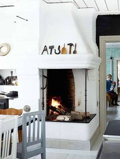 A lovely Finnish kitchen with vintage finds and a fireplace (@lundagard photography - @kristakeltanen)