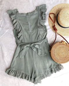 Nur der süßeste Strampler mit Rüschen - oliv - Sommer Mode Ideen Only the cutest romper with frills - olive, Outfits Outfits Casual, Mode Outfits, Fashion Outfits, Fashion Ideas, Fashion Trends, Womens Fashion, Fashion Tips, Modest Fashion, Fashion Shorts