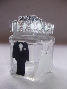 Lembrancinha de casamento.  Pote de vidro, ornamentado com terno e vestido de noiva.  Pode ser utilizado como enfeite de mesa de convidados ou lembrancinha individual. Não acompanha recheio. Sugestão: Sabonetes perfumados em formato de coração. Disponível nas cores vermelho, rosa, lilás e branco. R$0,60 a unidade.  Parte de trás do vidro com as iniciais dos noivos em papel de scrap 180 gramas também opcional. R$ 0,60 o par.  Encomendas somente a partir de 15 unidades. R$9,00