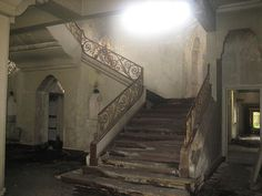 old abandoned stair case stairs falling apart fancy wooden vintage home houses . The architecture of this home and the stair case is absolutely gorgeous! Abandoned Buildings, Abandoned Places, Beautiful Homes, Beautiful Places, Friday Love, House Stairs, Stairway To Heaven, Favim, Stairways