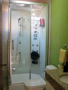 Cabine de Banho Cielo da Unique SPA instalada em banheiro compacto.