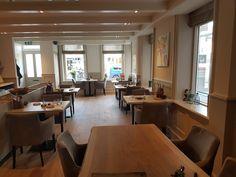 In restaurant De Haan aan de Aweg in Groningen kun je lang wachten op je wijn en broodplankje als je ze niet zelf gaat halen: de zaak heeft geen bediening. Restaurants, Conference Room, Hotels, Table, Furniture, Home Decor, Decoration Home, Room Decor, Restaurant