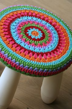 How fun. Crochet Round, Crochet Home, Crochet Yarn, Crochet For Beginners Blanket, Crochet Patterns For Beginners, Crochet Furniture, Granny Square Projects, Stool Covers, Crochet Dishcloths