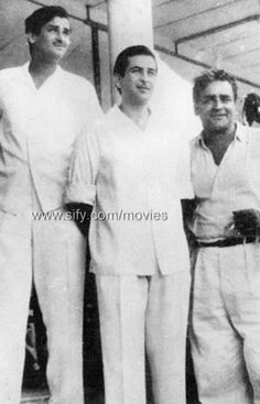 Indian actors Shammi Kapoor and Raj Kapoor with father Prithviraj Kapoor Vintage Bollywood, Indian Bollywood, Bollywood Stars, Old Film Stars, Movie Stars, Prithviraj Kapoor Family, Shammi Kapoor, Film Tips, Rare Photos