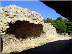 Le bourg de Leucate est surtout connu pour ses plages de sable fin baignées par des eaux très chaudes et peu profondes. Mais un castellologue-amateur comme moi, habillé d'une armure médiévale, je ne suis venu que pour déguster les vieilles pierres du château fort. Aujourd'hui, il ne reste que des vestiges car au 17ème siècle, le Roi de France a ordonné sa destruction.