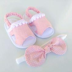 Kit para menina - Her Crochet Baby Doll Shoes, Felt Baby Shoes, Cute Baby Shoes, Doll Shoe Patterns, Baby Shoes Pattern, Baby Dress Patterns, Baby Sandals, Baby Booties, Baby Hug