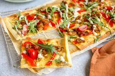 Gek op flammkuchen? Maak dan eens deze flammkuchen met shoarma, paprika, knoflooksaus en tomaat. Lekker, makkelijk en snel. Calzone, Nachos, Vegetable Pizza, A Food, Oven, Vegetables, Recipes, Risotto, Dinners