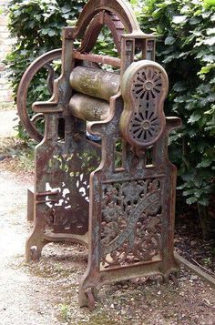 Antique cast-iron mangle, This is exactly the same as my mother-in-law had when I first met her. It was a family heirloom. Vintage Laundry, Vintage Kitchen, Vintage Sewing, Retro Vintage, Vintage Items, Antique Iron, Antique Tools, Old Tools, Cast Iron