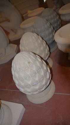Pigne in pietra - http://test.achillegrassi.com/project/pigne-pietra/ - Pignain Pietra gialladi Vicenzalevigata Dimensioni: – 25cmx 25cm x 37cm