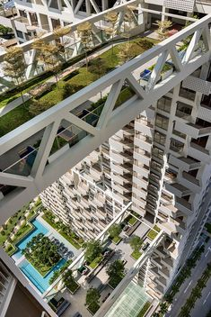 designed by safdie architects, 'sky habitat' is a recently completed residential complex located in bishan, singapore. Architecture Résidentielle, Architecture Portfolio, Futuristic Architecture, Sustainable Architecture, Singapore Architecture, Singapura, Fachada Colonial, Sky Pool, Urban Design Concept