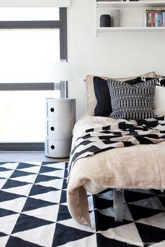 Kodin1-yhteistyö Valkoinen Harmaja -blogin kanssa. Home Bedroom, Bedrooms, White Interior Design, Fabric Rug, Minimalist Home Decor, Night Stand, Scandinavian Style, Sweet Dreams, Feels