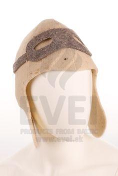 Klobúk do sauny 100 % vlna - Pilot  Klobúk do sauny chráni vašu hlavu pred teplom, ktorá ide z horúcej pary. Ochraňuje vlasy pred vysušením a spálením. Klobúk je vyrobené zo 100% vlny.  Klobúk má motív pilota s okuliarmi. Dokonale sa prispôsobí každej hlave. Ideálne aj pre deti. Klobúk vám pokryje aj uši, preto je vhodný do vírivky alebo vonku do aquaparku.  Má univerzálnu veľkosť. Klobúk je na dotyk drsnejší a tvrdší. Klobúk izoluje teplo, a tak sa váš pobyt v saune stane príjemnejším a… Pilot, Hats, Accessories, Hat, Pilots, Hipster Hat, Jewelry Accessories
