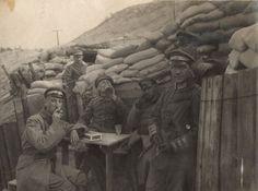 Niemieccy oficerowie w okopach na Froncie Zachodnim, w pobliżu rzeki Yser, 1917 rok