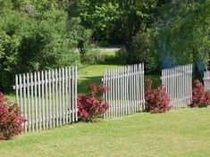 When the front yard landscaping is not good enough. Let's take a look at three quality front yard landscaping ideas to keep in mind and give a try. Cheap Landscaping Ideas, Privacy Fence Landscaping, Landscaping Around Trees, Backyard Fences, Garden Fencing, Landscaping With Rocks, Front Yard Landscaping, Landscaping Software, Backyard Plants