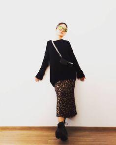 "Ayshen Beylerzadeh on Instagram: ""Moschino Pre Fall 2020 Collection Cindirli pir Kimi geze bilersiniz)) Zencirler,iri pinler, qatbaqat ve rybí zamanla rengbereng geyimler,…"" Lace Skirt, Sequin Skirt, Moschino, Sequins, My Style, Fall, Skirts, Collection, Instagram"
