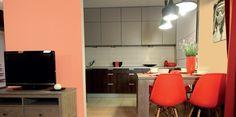 Naturalne materiały i prosta, nowoczesna forma mebli tworzą niezwykle udane połączenie. Ciepłe, lecz nie nazbyt intensywne kolory ścian stanowią doskonałe tło do wyeksponowania żywych, nasyconych odcieni dodatków – energetyzujących oranży i czerwieni.