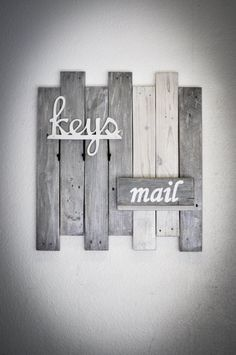 Key and Mail Organizer on Reclaimed Wood by BreakingandRemaking on Etsy Wooden Projects, Diy Pallet Projects, Palette Diy, Decoration, Diy Home Decor, Pallet Ideas For Home Decor, Diy Furniture, Farmhouse Decor, Home Improvement