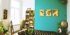 LIFESTYLE / Turquoise muur, reizen & natuur: de woonkamer