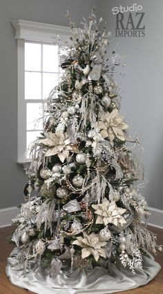 Elegant Christmas Tree Decor Ideas – Unique Home Holiday Party Theme DIY - Bored Fast Food Elegant Christmas Trees, Silver Christmas Tree, Decoration Christmas, Christmas Tree Themes, Noel Christmas, Christmas Meals, Christmas Music, Christmas Activities, Christmas Style