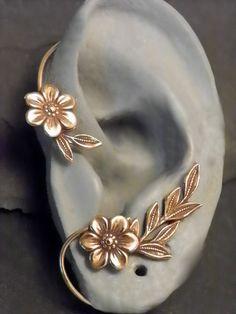 Flor y hoja oreja envoltura GOLDEN GARDEN por SunnySkiesStudio
