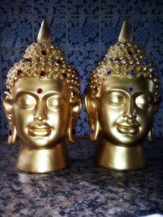 Estatueta em gesso maciço,pintura em ouro velho com decoração de pedras ,podendo ser pedras de cores diferentes das que mostram a foto.