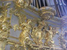 Les grandes armes de France sur le buffet d'orgue de la chapelle royale du château de Versailles.