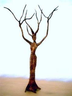Figure de sculpture d'arbre en papier mâché During the period of the woman five-decade employment, Figurative Sculpture, Wire Art, Tree Sculpture, Tree Art, Nature Art, Driftwood Art, Paper Art, Paper Mache Tree, Nature Spirits