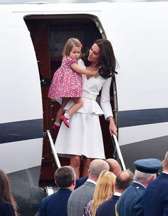 Kate Middleton sort la première avec Charlotte.