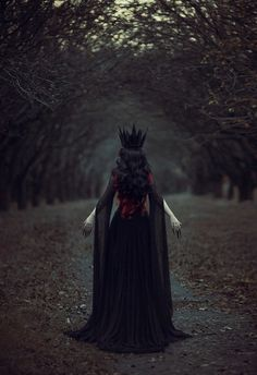 spookyloop:  black queen by Maryna Khomenko