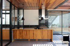 Varanda e área de lazer: estrutura metálica, perolado em peróba mica, piso em concreto polido e deck em madeira reflorestada.