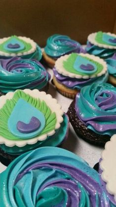 Peacock cupcakes for a birthday party or wedding. Love these!