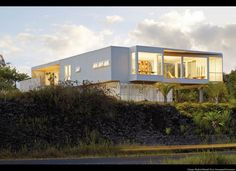 San Francisco architect Craig Steely has made a name for himself designing modernist houses perched on lava flows in Hawaii; Lavaflow 3 is located on the P Ultra Modern Homes, Hall House, Big Island, Prefab, Ideal Home, Modern Architecture, Tiny House, Building A House, House Ideas