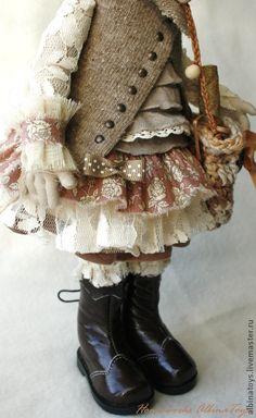 Иделия. Коллекционная  кукла в бежево-кофейных тонах. Бохо стиль. Коллекционная кукла Иделия в бежево-кофейной гамме, немного бледно-розового. Очень творческая девочка) Любит рисовать. Стоит с подставкой, сидит с опорой, ручки и ножки гнутся.  Съемные: беретка, сумочка, манжеты.