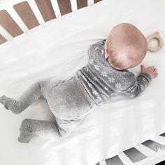 Baby it's fall outside  Gut dass hier heute früh keine 10 Grad mehr draußen waren so können wir Leonards Winterkollektion schon mal auftragen bevor sie zu klein ist. Also haben wir beide das erste Mal in diesem Jahr eine Strumpfhose an.  _________________________________________  #babyleonard #babyboy #5monthsold #fwis #fall #babyootd #ootd #dm #hm