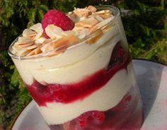 Tiramisu with raspberries cuisine. Tiramisu Fruits, Raspberry Tiramisu, Tiramisu Cake, Tiramisu Mascarpone, Desserts With Biscuits, Mini Desserts, Plated Desserts, Sweet Recipes, Cake Recipes