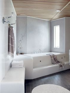 Kylpyhuoneessa on tilaa useammallekin peseytyjälle. Suihkuja on kaksi, ja saunaan mahtuu kahdeksan henkeä. Poreammeessa on mukava rentoutua. Kaikki laatat ovat Laattapisteestä. Ammeen taustaseinä sekä suihkutilan päätyseinät on käsitelty kosteisiin tiloihin tarkoitetulla Decosin sisustuslaastilla.