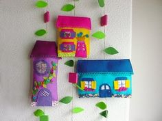 Houses in #felt. Adorable. Site in Portuguese. Google Translate works.